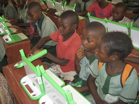 Kids_with_laptops_2_olpc_08_450