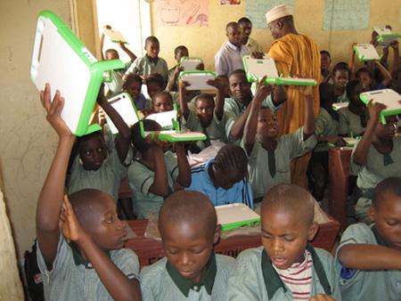 Kids_with_laptops_olpc_05_450